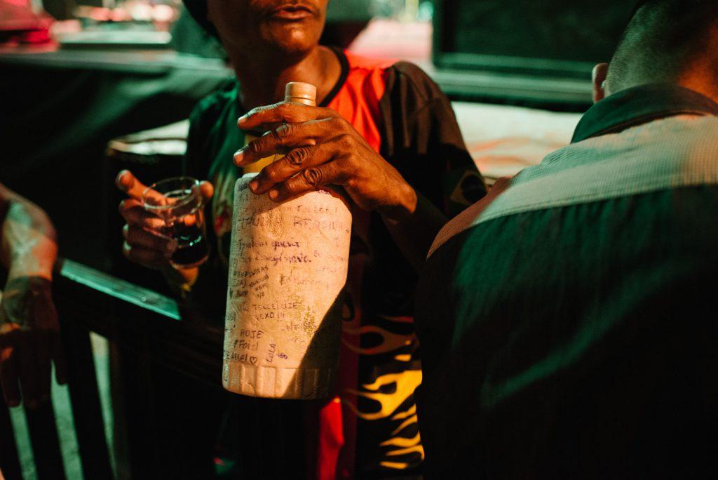 O vinho barato também é uma das característica das noites no centro ludovicense.(Foto: Ingrid Barros / Sobre o Tatame)